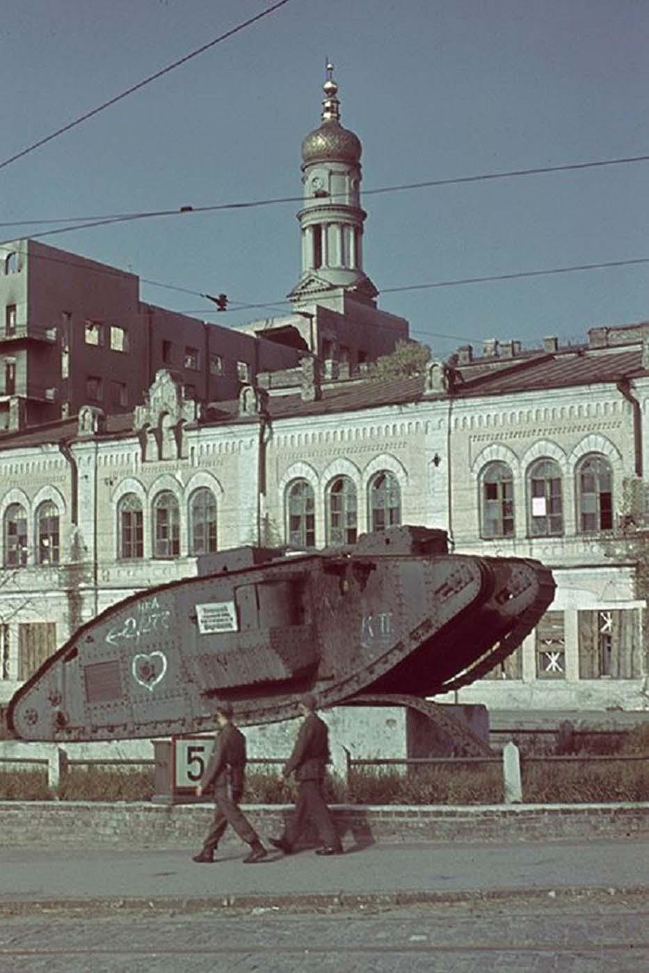 Tanque británico Mark V en exhibición en la Plaza de la Constitución en Jarkov.