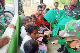 Satgas Yonif RK 732 Banau dan Wahyu Nunung Nugrohoi Berikan Alat Tulis dan Hadiah ke Warga Suku Mausu Ane