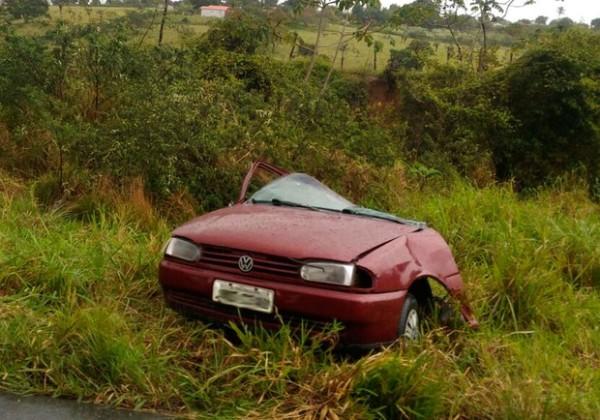 Carro parte ao meio após batida e motorista morre (Foto: Reprodução / Débora Ayane/Site Voz da Bahia)