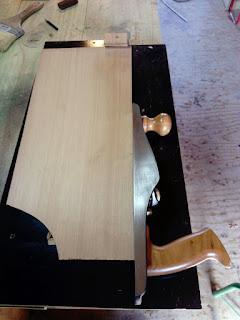 Preparando la unión de la tapa armónicas de cedro rojos