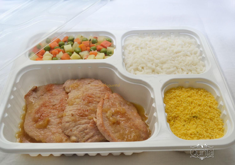 Lombo de porco, arroz, farofa de milho e legumes na manteiga =) Marmita boa!! Na Cozinha do Quintal