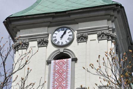 У Тернополі встановили найбільший фасадний годинник