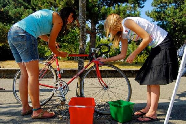 Ayo bersihkan sepedamu, jangan malas