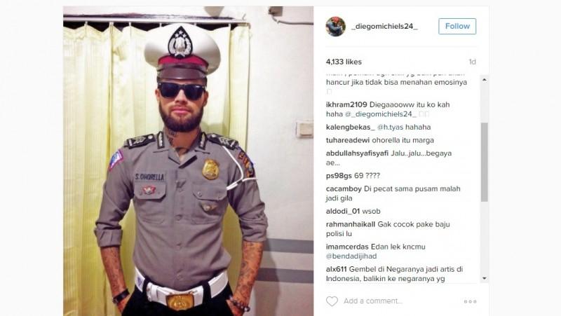 Diego Michiels pakai seragam polisi