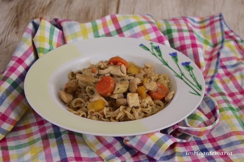 Fideos yakisoba con verduras y pollo