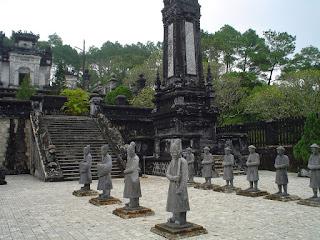 Estatuas en el patio de ceremonias de la tumba Imperial Khai Dinh Hue
