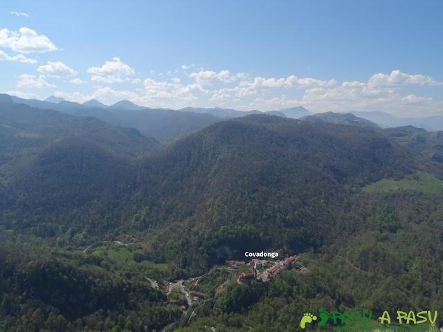 Vista de Covadonga desde la Cruz de Priena