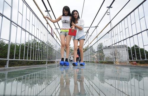 Jembatan Kaca Ekstrim di Pingjiang Cina