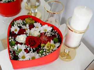 Duży flower box na dzień kobiet. Kwiaciarnia Czerwone Korale w Starachowicach. Kwiaty z dostawą.