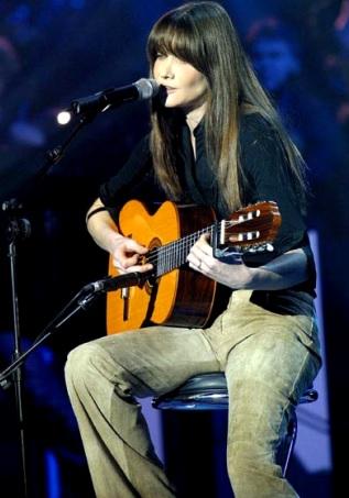 Foto de Carla Bruni cantando en concierto