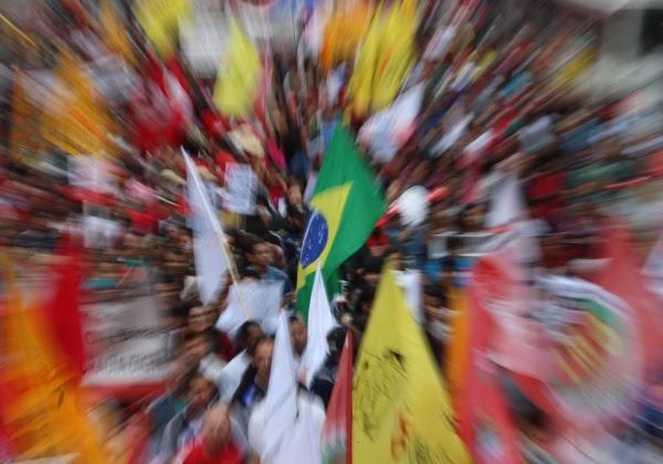 São Paulo- SP- Brasil- 07/09/2016- Manifestantes realizam ato contra o governo Temer em São Paulo. Na foto, manifestantes sobem a avenida Brigadeiro Luis Antonio. (Foto: Paulo Pinto/ AGPT)