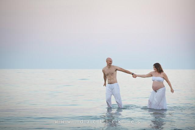 embarazada con su pareja en la playa