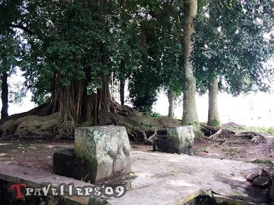 Sejarah Kota Blitar   a) Legenda Seperti diketahui, menurut sejumlah buku sejarah, terutama buku Bale Latar, Blitar didirikan pada sekitar abad ke-15. Nilasuwarna atau Gusti Sudomo, anak dari Adipati Wilatika Tuban, adalah orang kepercayaan Kerajaan Majapahit, yang diyakini sebagai tokoh yang mbabat alas. Sesuai dengan sejarahnya, Blitar dahulu adalah hamparan hutan yang masih belum terjamah manusia. Nilasuwarna, ketika itu, mengemban tugas dari Majapahit untuk menumpas pasukan Tartar yang bersembunyi di dalam hutan selatan (Blitar dan sekitarnya). Sebab, bala tentara Tartar itu telah melakukan sejumlah pemberontakan yang dapat mengancam eksistensi Kerajaan Majapahit. Singkat cerita, Nilasuwarna pun telah berhasil menunaikan tugasnya dengan baik Bala pasukan Tartar yang bersembunyi di hutan selatan, dapat dikalahkan.  Sebagai imbalan atas jasa-jasanya, oleh Majapahit, Nilasuwarna diberikan hadiah untuk mengelola hutan selatan, yakni medan perang yang dipergunakannya melawan bala tentara Tartar yang telah berhasil dia taklukkan. Lebih daripada itu, Nilasuwarna kemudian juga dianugerahi gelar Adipati Ariyo Blitar I dengan daerah kekuasaan di hutan selatan. Kawasan hutan selatan inilah , yang dalam perjalanannya kemudian dinamakan oleh Adipati Ariyo Blitar I sebagai Balitar (Bali Tartar). Nama tersebut adalah sebagai tanda atau pangenget untuk mengenang keberhasilannya menaklukkan hutan tersebut. Sejak itu, Adipati Ariyo Blitar I mulai menjalankan kepemimpinan di bawah Kerajaa