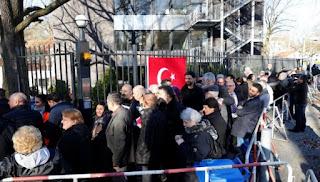Στις κάλπες οι Τούρκοι της Γερμανίας για το δημοψήφισμα
