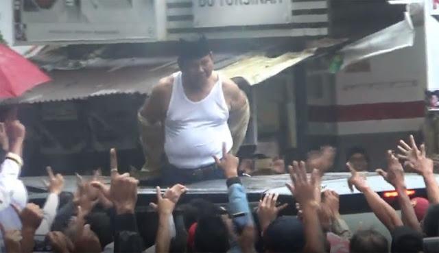 Video Detik-Detik Prabowo Lempar Baju ke Pendukungnya di Subang