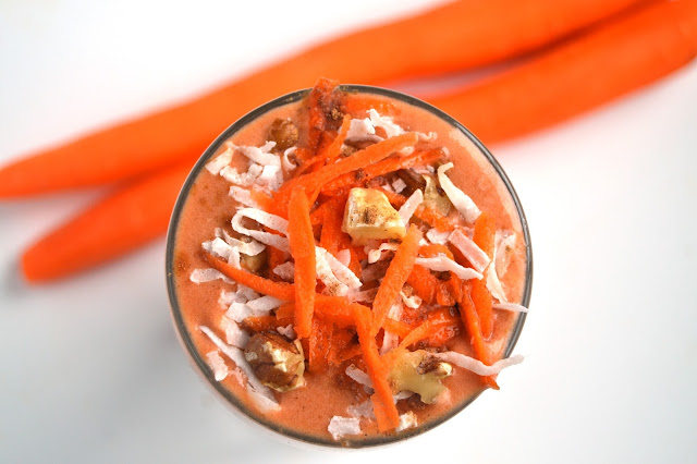 This Carrot Cake Smoothie tastes like your favorite carrot cake dessert but is made healthy with carrots, bananas and Greek yogurt! www.nutritionistreviews.com