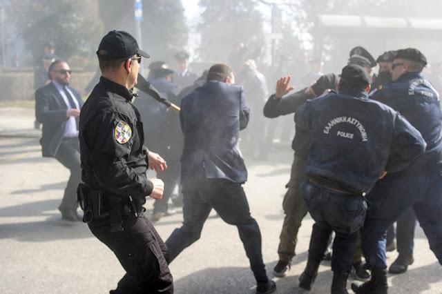 ΤΩΡΑ- ΓΙΑΝΝΕΝΑ- Άγρια ΣΥΜΠΛΟΚΗ μεταξύ αστυνομικών και αναρχικών, στο μνημείο μπιζανομάχων!