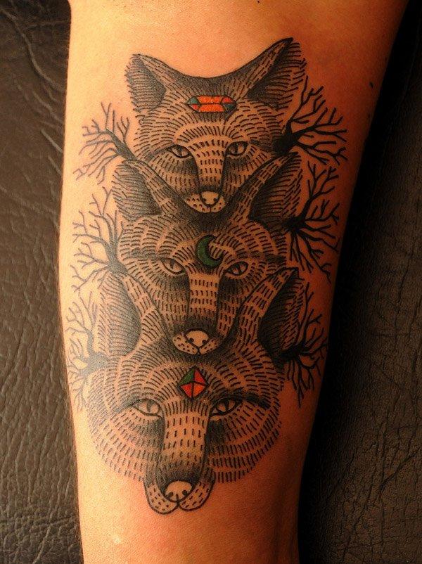 vemos el tatuaje de tres zorros en un brazo
