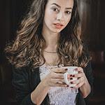 une femme avec une tasse à la main