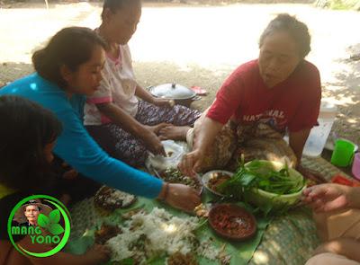 FOTO : Makan dengan lalap eceng sawah, kemangi, rangdamidang, karedok terong peuheur, mentimun.. ditambah sambel goang.