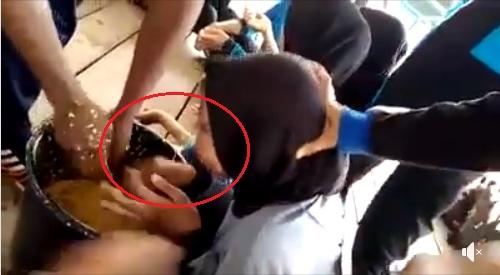 Viral !! Video Siswa Dipaksa Makan Sesuatu Seperti Memberi Makan Ternak
