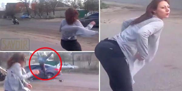 Un moment choquant! cette fille séduisante cause une collision frontale entre le motard et une voiture après avoir dansé au bord de la route