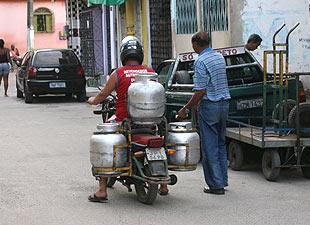 Resultado de imagem para transporte de botijao em moto