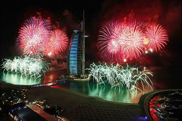 دبي تحتفل بالعام الجديد 2018 بأضواء الليزر والألعاب النارية