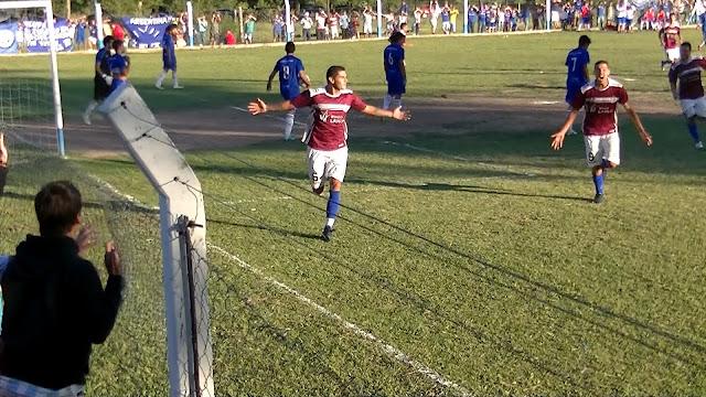 """La Escuela se llevó un partido """"Chivo""""."""