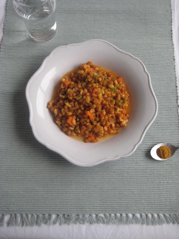 s que para muchos es raro tomarlas con arroz las tpicas lentejas son con chorizo y ms o menos caldosas a veces con alguna rodajita de zanahoria y