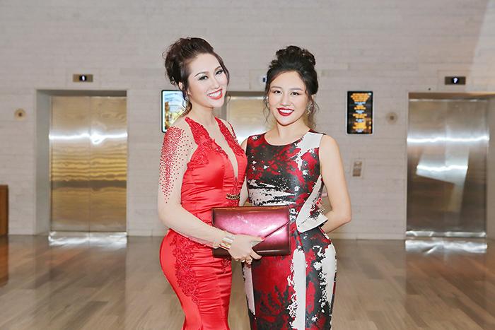 Phi Thanh Vân kiêu sa hội ngộ Văn Mai Hương thanh lịch tại cùng một địa điểm