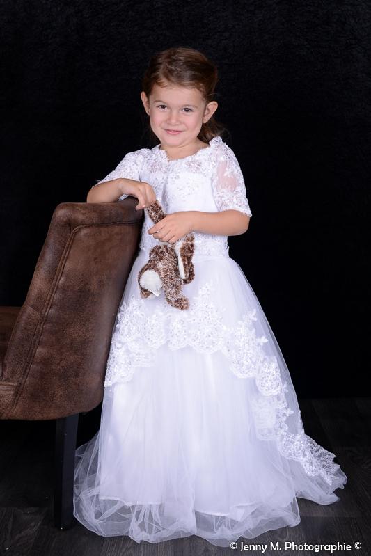 photo fille enfant avec grand robe blanche en dentelle