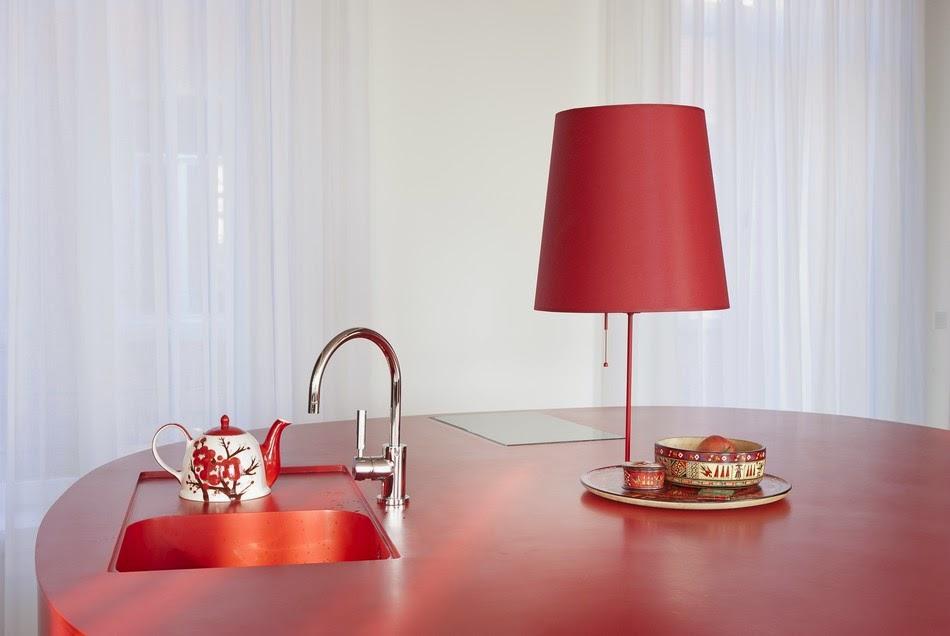 Cozinha com Uma cascata vermelha de luz