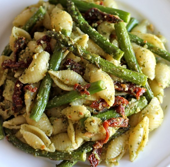 PESTO PASTA WITH SUN DRIED TOMATOES AND ROASTED ASPARAGUS #vegetarian #easyrecipe