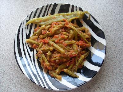 Πιάτο σε σχέδιο ζέμπρας με μπάμιες μαγειρεμένες με ντομάτα φρέσκια και καυτερή πιπεριά