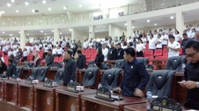 Disaksikan anggota DPRD Sulut yang hadir sudah memenuhi korum