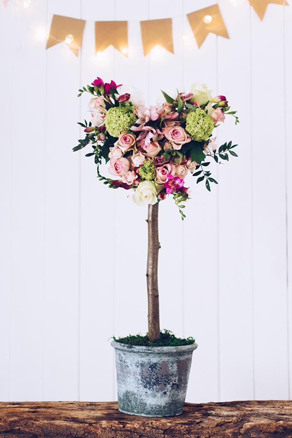 Geschenk zum Muttertag selber machen: Ein Herz-Baum aus frischen Blumen. Titatoni.de