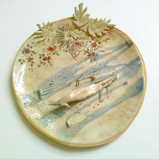 Annapia Sogliani ceramic art gallery showroom plat sculpture céramique fait décoré main fleurs tropicales baleine piatto scultura in ceramica fatto decorato a mano balena fiori tropicali