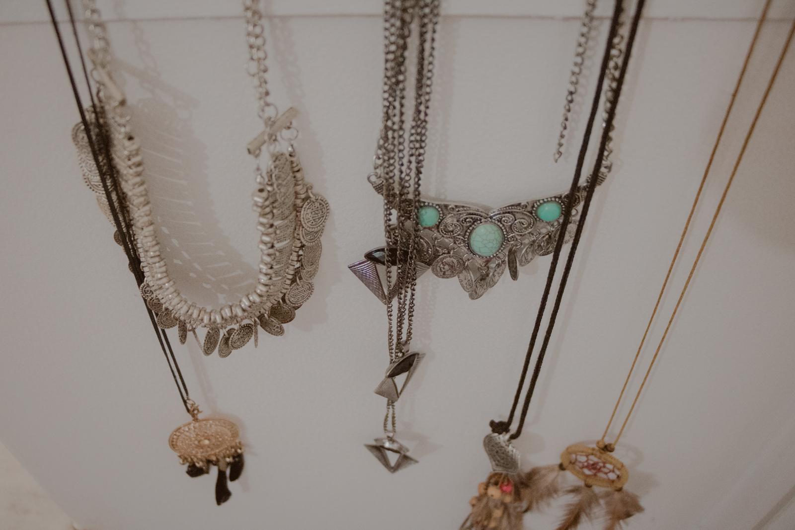 bijouterias colares diversos pendurados