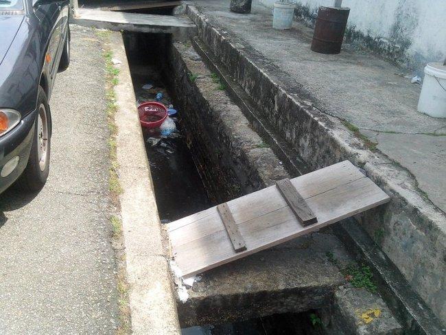 мусор в канаве