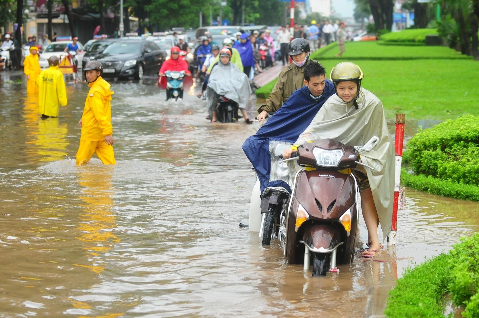 Hình ảnh tuyến đường bị ngập lụt tại Hà Nội