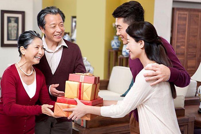 Tặng quà tết đầu năm cho bố mẹ