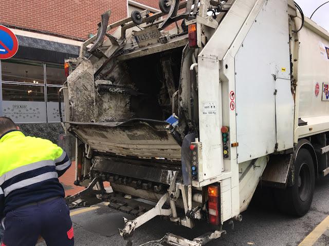 Camión de recogida de basuras en Barakaldo
