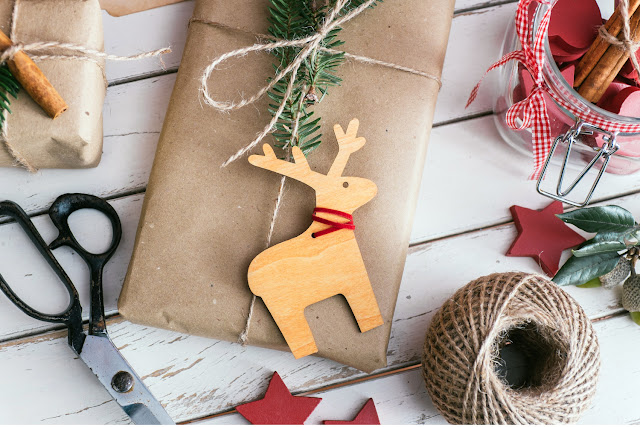 Świąteczny dylemat – pakowanie prezentów