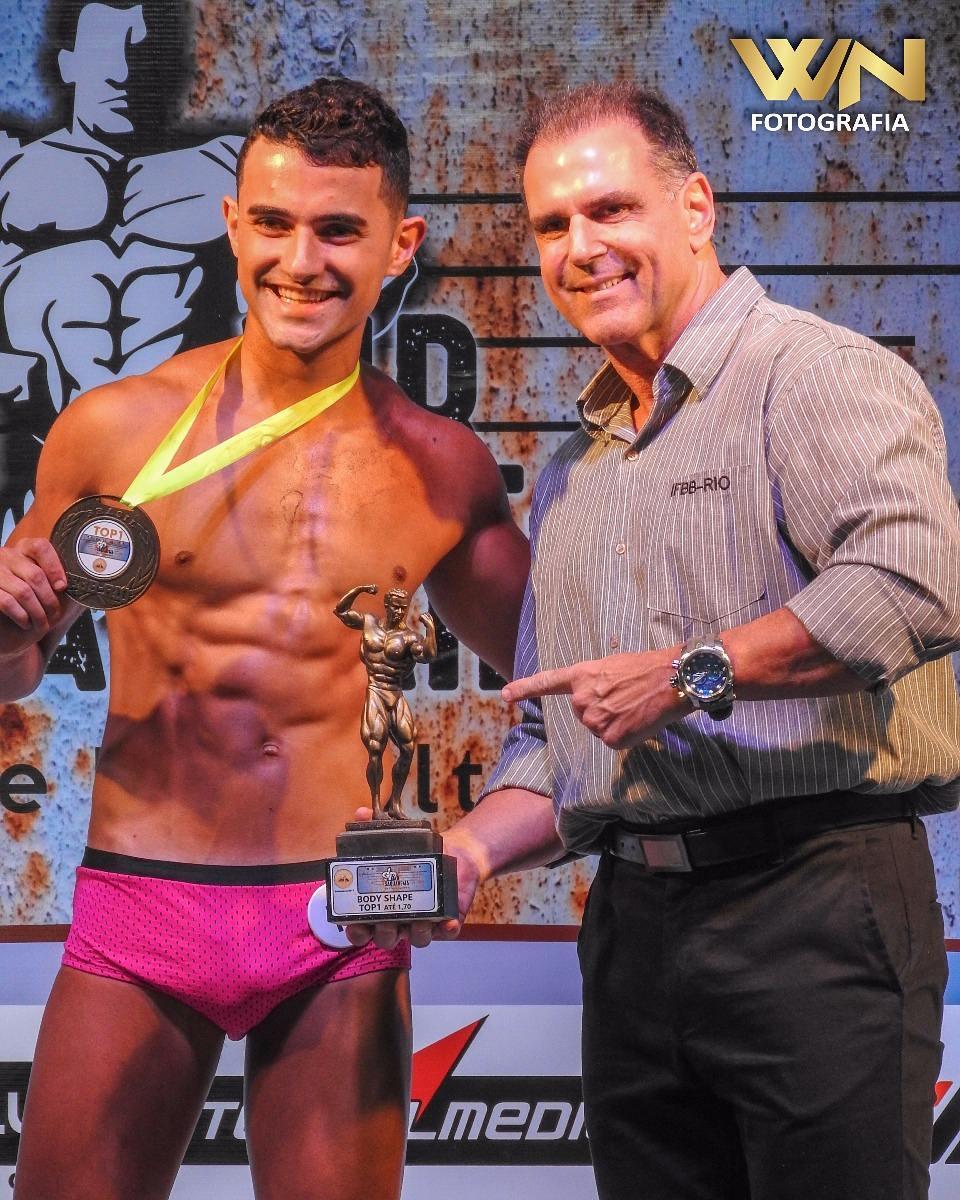 Ramon Cabral recebe troféu de campeão das mãos de Gustavo Costa, presidente da IFBB Rio. Foto: William Netto