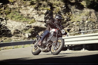 Yamaha-XSR700-XTribute-curva