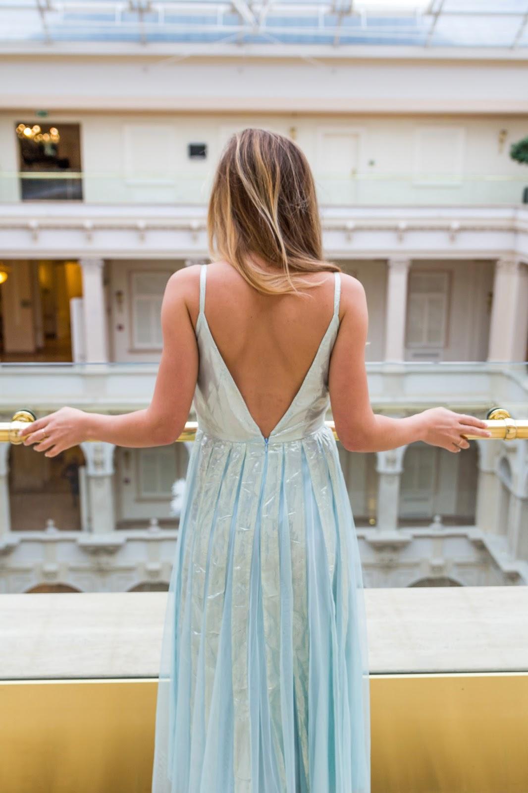 robe bleue dos nu plongeant