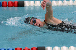 Image of a a female swimmer doing freestyle breathing: this article is about bilateral breathing.