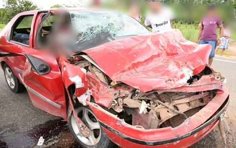 Carro bate em caminhão que levava 20 pessoas e deixa quatro acidentados na BR 364