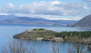 Delante Bay of Bones y al fondo Ohrid.